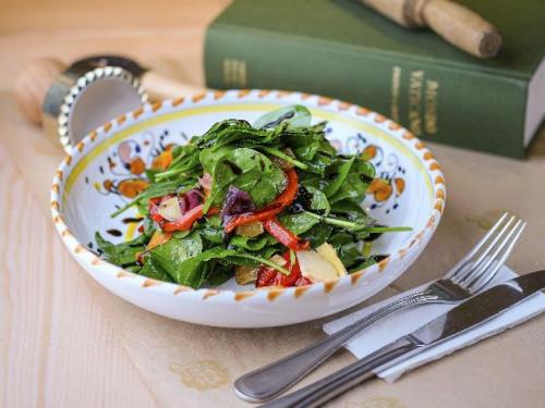 Салат с хрустящим шпинатом, карамелизированными овощами и артишоками