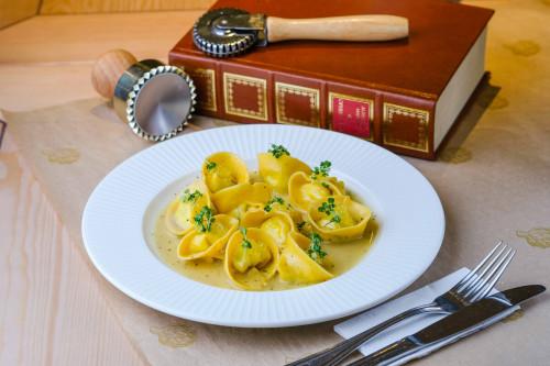 Болонские тортеллини с рикоттой и икрой арктического гольца  в соусе из листьев майорана