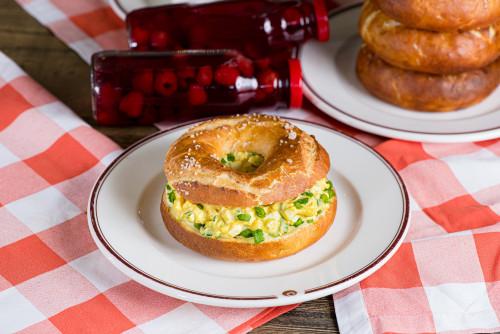 Одесский бублик с яичным салатом и зеленым луком