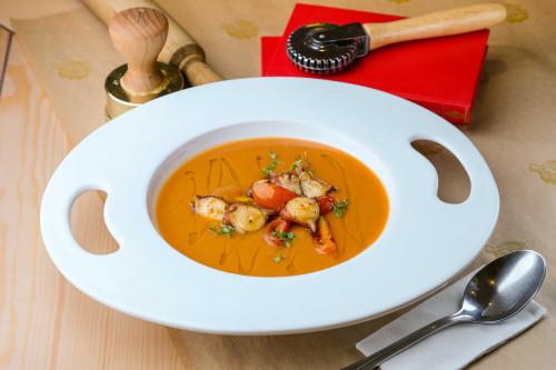 Картофельный крем-суп с бобами каннеллини и осьминогом
