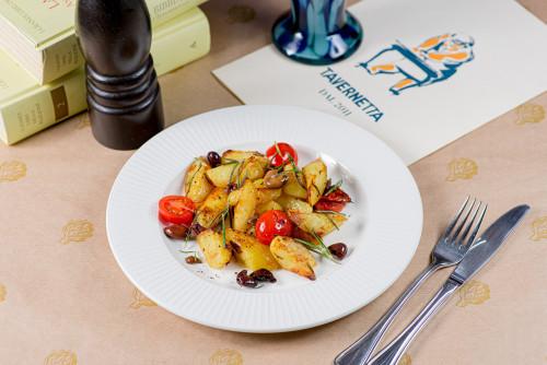 Картофель al forno с таджасскими оливками и свежими томатами