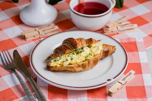 Круассан с яичным салатом и луком