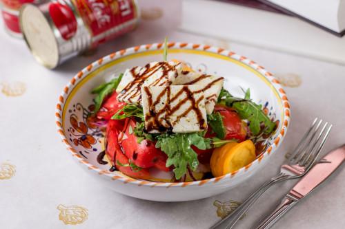 Салат из розовых томатов с сыром пекорино