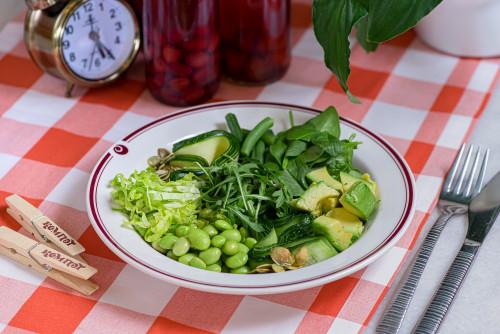 Большой зеленый салат с цукини, авокадо и бобами эдамаме