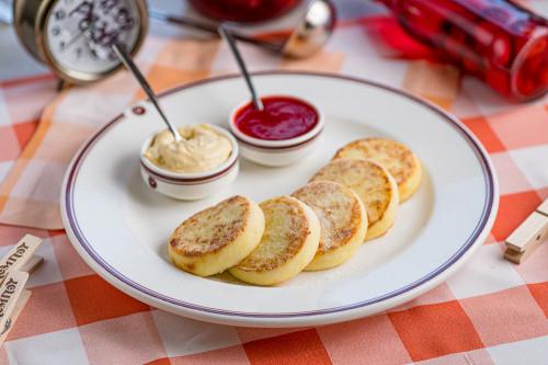 Сырники с ягодами и кремом