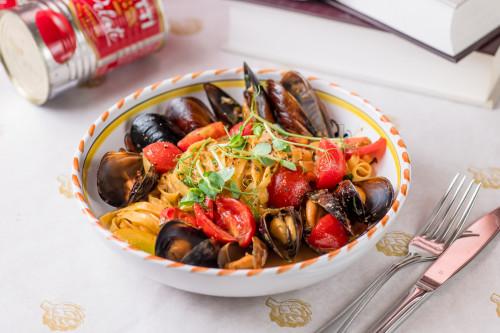 Тальятелле с черноморскими мидиями и томатами