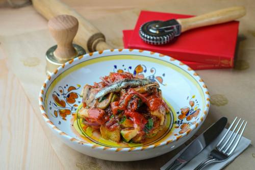 Тосканский традиционный салат с грилованными овощами, анчоусом и хлебом