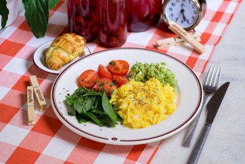 Яичница-болтунья с паштетом из авокадо и сыром фета
