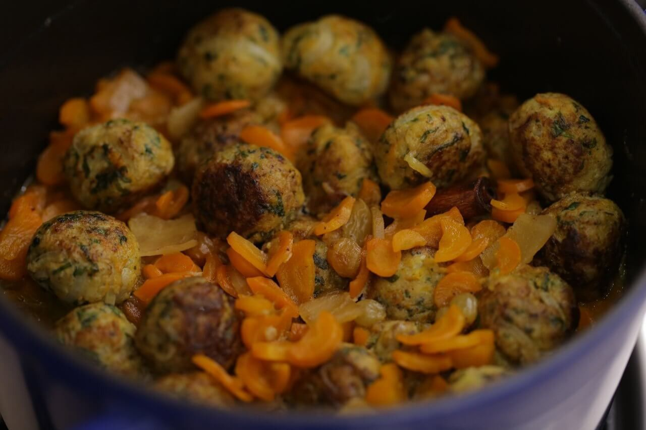 Tzimmes with chicken meatballs